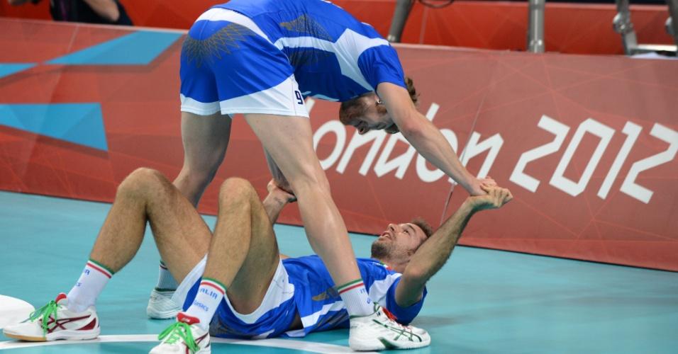 Italianos Dragan Travica e Ivan Zaytsev comemoram vitória sobre os EUA nas quartas de final do vôlei na Olimpíada de Londres (08/08/2012)
