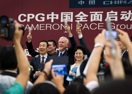 James Cameron brinda com chineses a parceria entre a Cameron Pace Group (CPG) e empresas chinesas (8/8/2012)