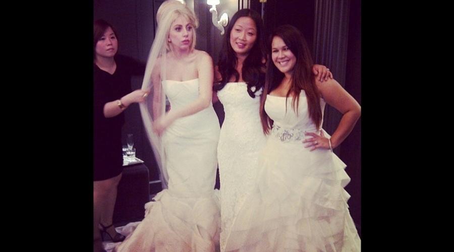Lady Gaga experimentou um vestido de noiva durante visita a uma loja (7/8/12)