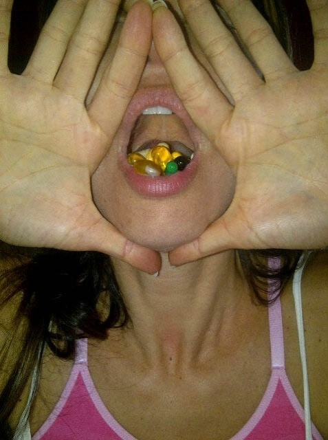 Luciana Gimenez mostra foto com a boca cheia de p&#237;lulas (8/8/2012)
