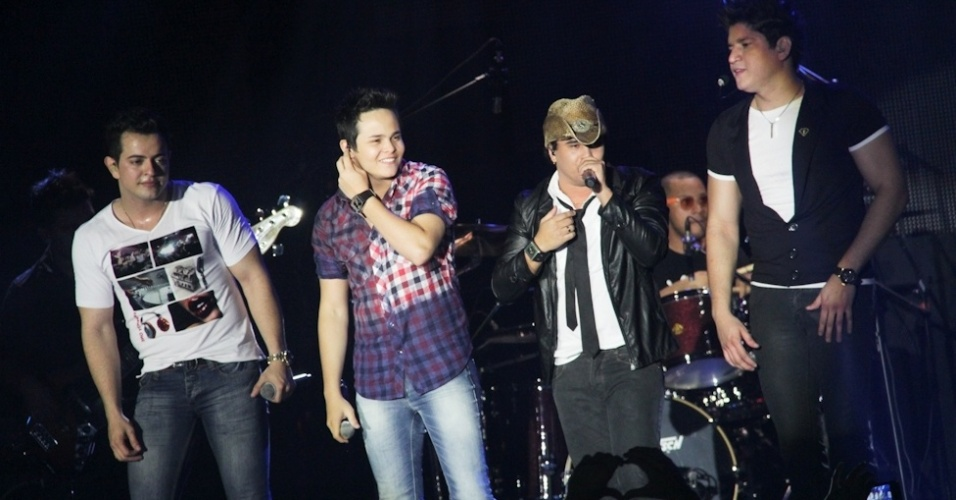 Matheus e Kauan (ao centro) se apresentaram no show da gravação do primeiro DVD de Henrique e Diego, em Campo Grande (7/8/12)