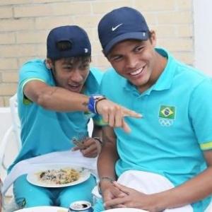 Neymar se diverte com os companheiros Marcelo e Thiago Silva durante almoço da seleção brasileira (08/08/2012)