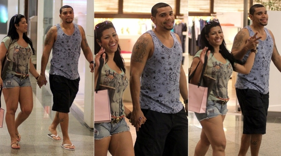 O cantor Naldo e a namorada, Mulher Moranguinho, passearam em um shopping da zona oeste do Rio