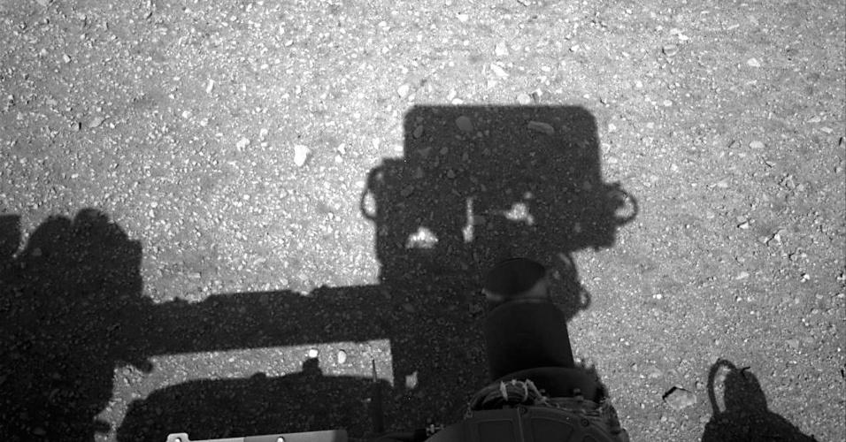 09.ago.2012 - Imagem obtida pelas câmeras do Curiosity mostram a sombra do mastro do robô