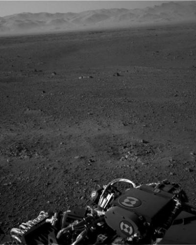 9.ago.2012 - A imagem, divulgada pela Nasa (agência espacial americana), mostra o robô Curiosity em Marte. Segundo Jennifer Trosper, uma das responsáveis pela missão, o mastro da Curiosity, dotado de duas câmeras (Mastcam), que agem como dois olhos do robô, já está em posição de obter imagens panorâmicas de alta definição