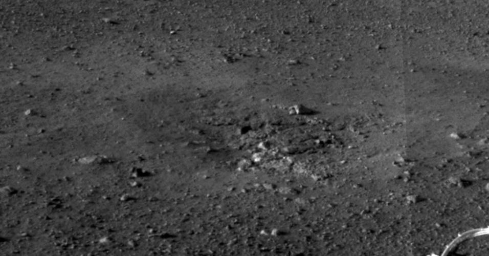 9.ago.2012 - A imagem, divulgada pela Nasa (agência espacial americana), mostra um close do local em que foi realizado o pouso do robô Curiosity, em Marte. A escavação do solo revela um provável afloramento rochoso que mostra a profundidade do solo nesta área. Segundo Jennifer Trosper, uma das responsáveis pela missão, o problema que impedia o bom funcionamento dos instrumentos meteorólogicos da sonda já foi resolvido