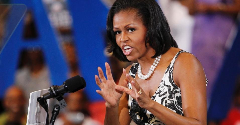 9.ago.2012 - A primeira-dama dos EUA, Michelle Obama, fala ao público durante campanha do democrata Barack Obama, candidato à reeleição, na Universidade de Ciências da Filadélfia, nos EUA
