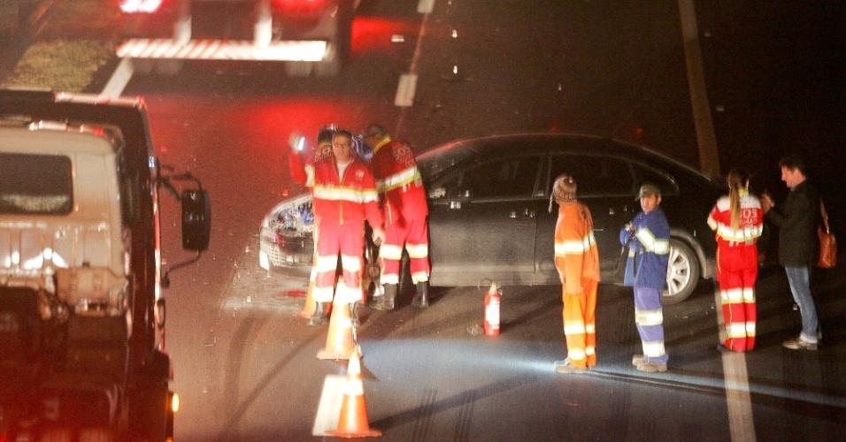 9.ago.2012 - Acidente no fim da noite de quarta-feira (8) interdita parte da rodovia Presidente Dutra, em São Paulo, na altura do km 228, no sentido da capital paulista