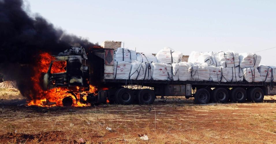 9.ago.2012 - Caminhão é visto em chamas após ser acertado por foguetes de caça da Força Aérea síria em Tel Rafat (a 37 km ao norte de Aleppo, na Síria), nesta quinta-feira (9)