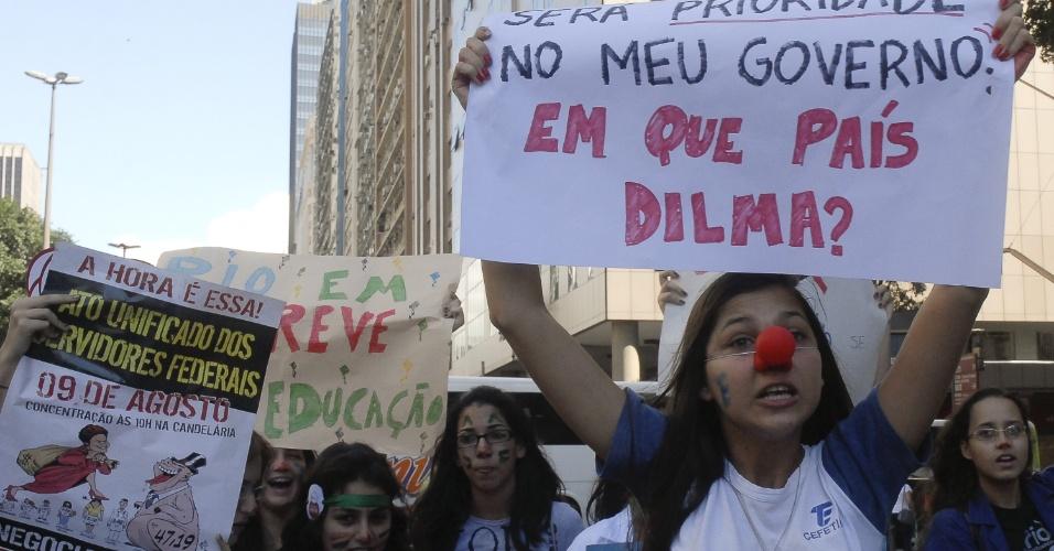 9.ago.2012 - Em apoio aos servidores públicos, estudantes participam de protesto do Dia Nacional de Lutas realizado no centro do Rio de Janeiro, nesta quinta-feira. Os profissionais, em greve, pedem que o governo apresente propostas concretas para o fim da paralisação nacional