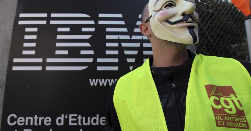 9.ago.2012 - Funcionário da IBM usa máscara do grupo Anonymous durante protesto contra a empresa em La Gaude, França, após o anúncio de que a sede da cidade será transferida
