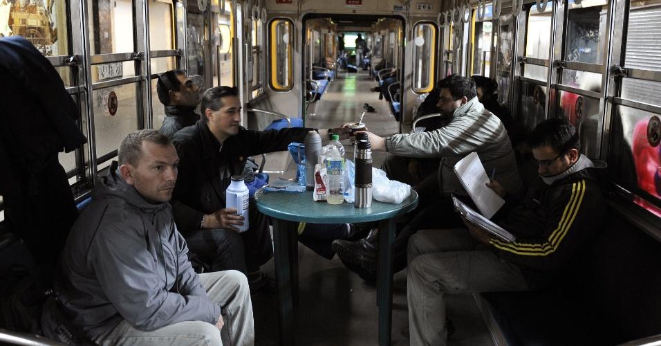 9.ago.2012 - Funcionários do metrô de Buenos Aires, na Argentina, se reúnem dentro de um vagão vazio e parado para tomar mate. A greve do metrô na capital argentina chegou ao sexto dia. Os trabalhadores pedem um aumento salarial de 28% para retomar o trabalho. Estima-se que a paralisação afete um milhão de passageiros por dia