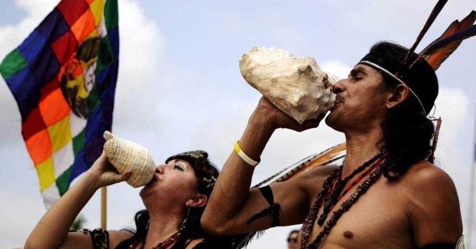 9.ago.2012 - Indígenas participam de cerimônia em homenagem ao Dia Internacional dos Povos Indígenas em San Salvador, El Salvador