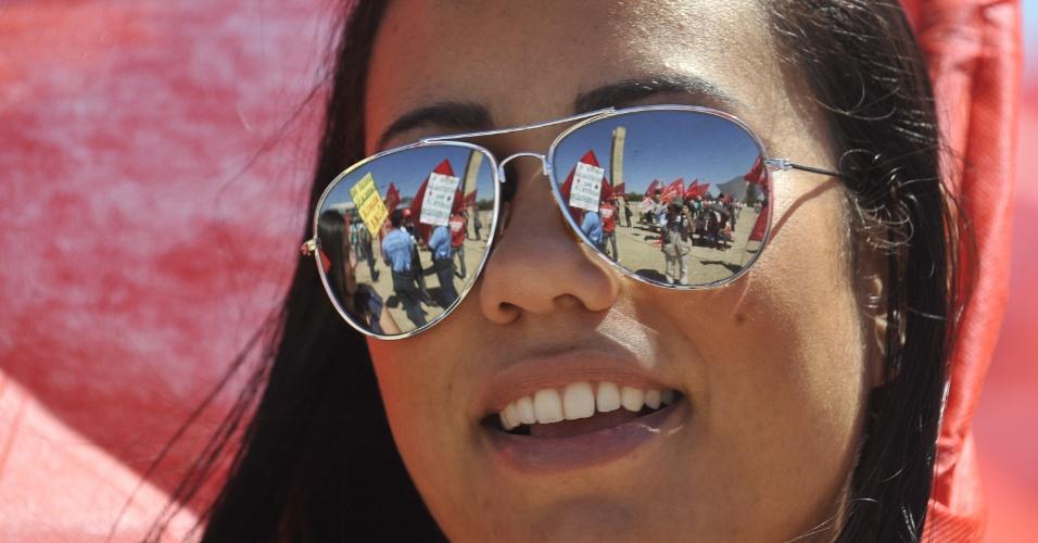 9.ago.2012 - Manifestante participa de protesto do Dia Nacional das Lutas realizado na Praça dos Três Poderes, em Brasília, para pedir ao governo que apresente propostas concretas para o fim da paralisação nacional dos servidores públicos