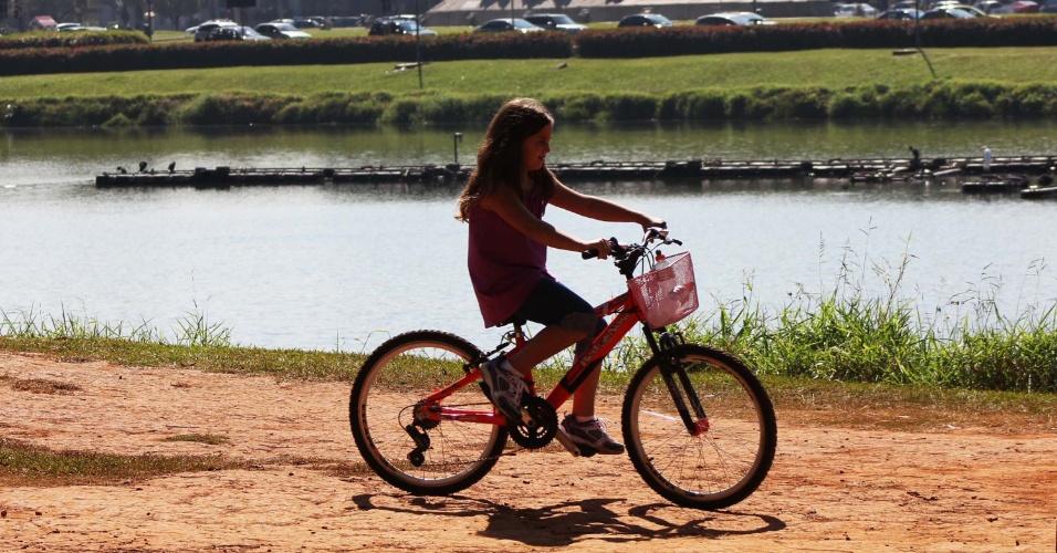 9.ago.2012 - Menina passeia de bicicleta no Parque do Ibirapuera, em São Paulo, nesta quinta-feira de forte calor na capital paulista
