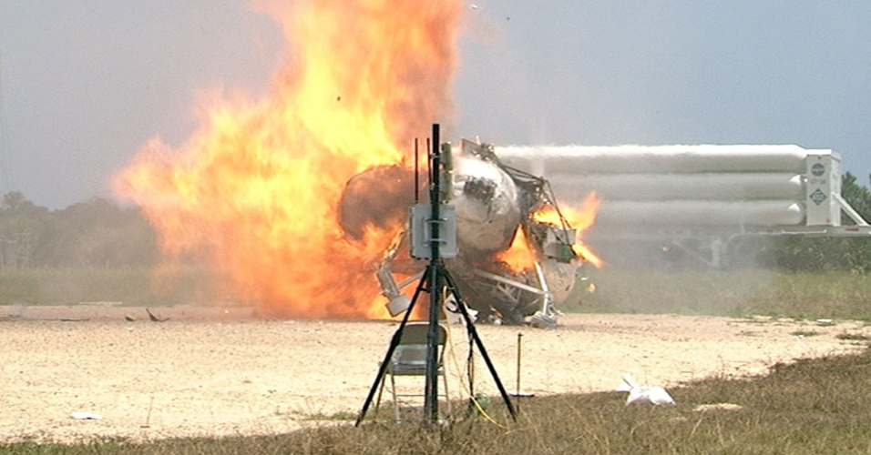9.ago.2012 - Nave do projeto Morpheus, da Nasa, é vista em chamas durante um teste no Centro Espacial John F. Kennedy, nesta quinta-feira (9). O veículo espacial chegou a levantar vôo, mas uma falha em um de seus componentes causou a combustão. O projeto Morpheus é a aposta da Nasa para levar um robô à lua