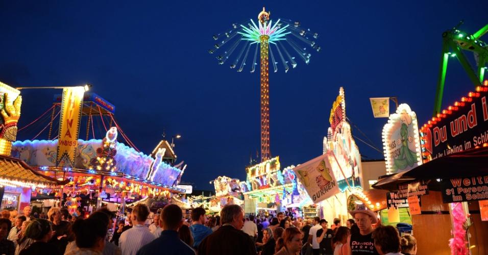 9.ago.2012 - Pessoas curtem passeio em parque de diversões, em Herne, na Alemanha, na noite desta quinta-feira (8)