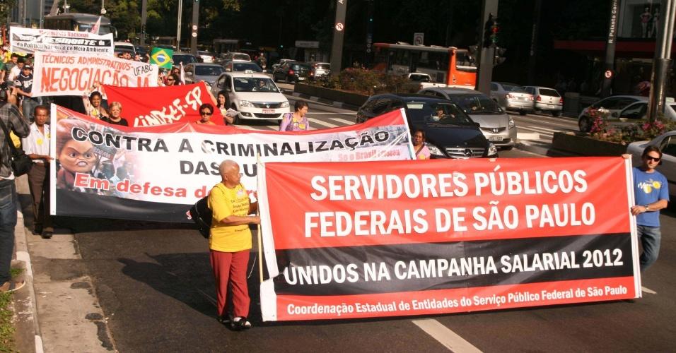 9.ago.2012 - Servidores de diversos órgãos públicos federais realizam protesto em frente ao Fórum Cível Pedro Lessa, próximo ao vão do Masp, em São Paulo, na tarde desta quinta-feira (9). A manifestação interditou parcialmente a avenida Paulista, causando lentidão no trânsito