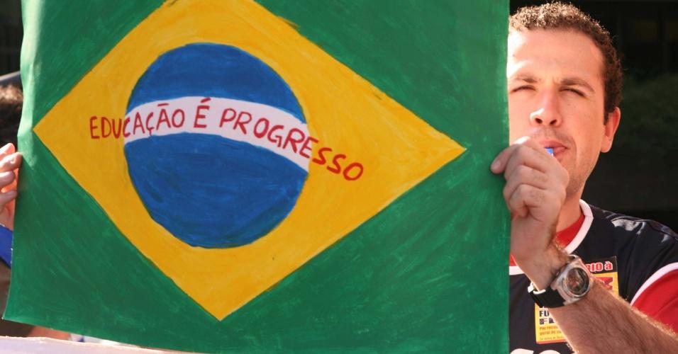 9.ago.2012 - Servidores de diversos órgãos públicos federais realizam protesto em frente ao Fórum Cível Pedro Lessa, próximo ao vão do Masp, em São Paulo, na tarde desta quinta-feira (9). Os manifestantes reivindicam abertura das negociações de reajuste salarial