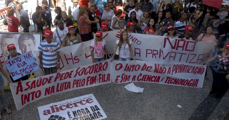 9.ago.2012 - Servidores públicos cariocas aderem ao protesto do Dia Nacional de Lutas realizado no centro do Rio de Janeiro, nesta quinta-feira. Os profissionais, em greve, pedem que o governo apresente propostas concretas para o fim da paralisação nacional