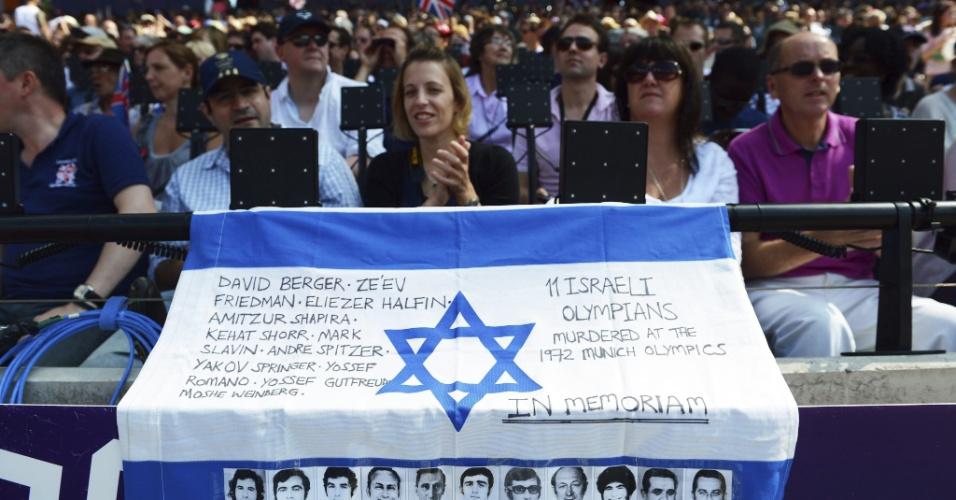 9.ago.2012 - Torcedora no estádio olímpico de Londres exibe bandeira com os nomes dos 11 atletas irsaelenses mortos nas Olimpíadas de Munique, em 1972, em um ataque da Frente Popular para a Libertação Palestina