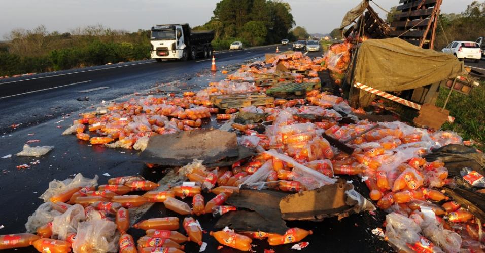 9.ago.2012 - Um caminhão carregado com refrigerantes saiu da pista e foi parar no canteiro central da freeway na madrugada desta quinta-feira (9), na altura de Glorinha (RS). O motorista disse que perdeu o controle após ser fechado por outro veículo