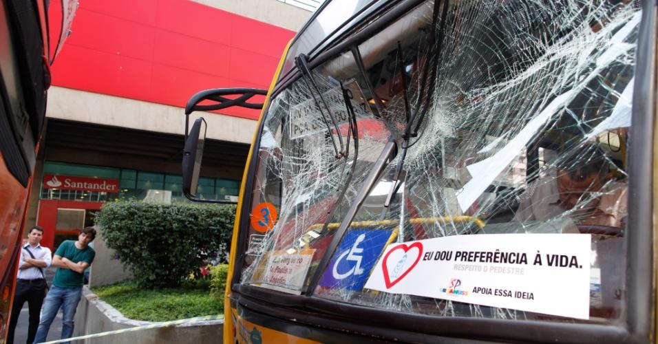 9.ago.2012 - Um ônibus bateu na traseira de outro ônibus na avenida Paulista, em São Paulo, na altura do número 436. Dois passageiros em cada onibus ficaram feridos. A batida levou ao bloqueio de uma das faixas da avenida, complicando o trânsito. Quatro pessoas ficaram feridas, entre elas, um bebê de seis meses