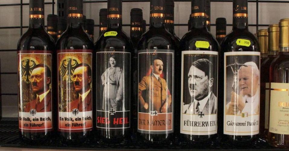 9.ago.2012 - Um supermercado na província de Verona, norte da Itália, está vendendo garrafas de vinho com a foto de Adolf Hitler no rótulo --além do ditador alemão, até uma foto do papa João Paulo 2º aparece em um dos rótulos. Mas a novidade não foi bem recebida, especialmente por um casal de judeus que viu a garrafa no mercado e denunciou a venda à polícia. A Procuradoria local abriu uma investigação para apurar se há apologia ao nazismo