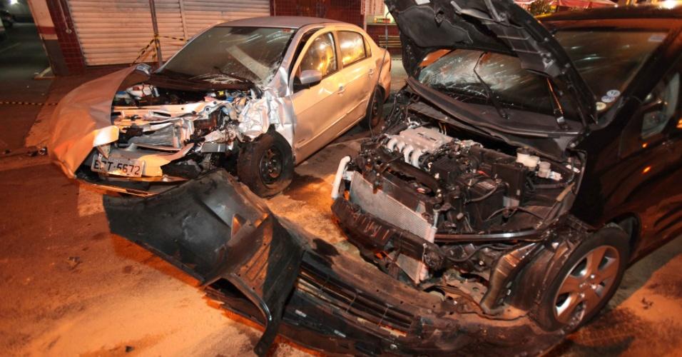 9.ago.2012 - Veículo que passou no sinal vermelho bate em outros três na Vila Mariana, em São Paulo, na madrugada desta quinta-feira (9). As vítimas foram socorridas pelo Corpo de Bombeiros e levadas para hospitais da região
