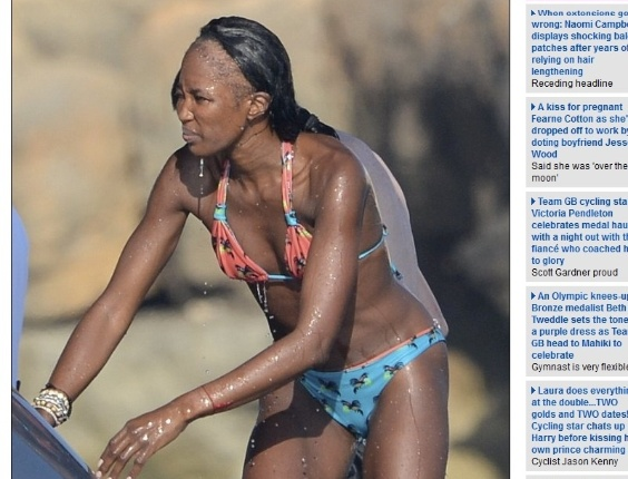 A modelo internacional Naomi Campbell foi vista em Ibiza com enorme falha no cabelo (9/8/12)