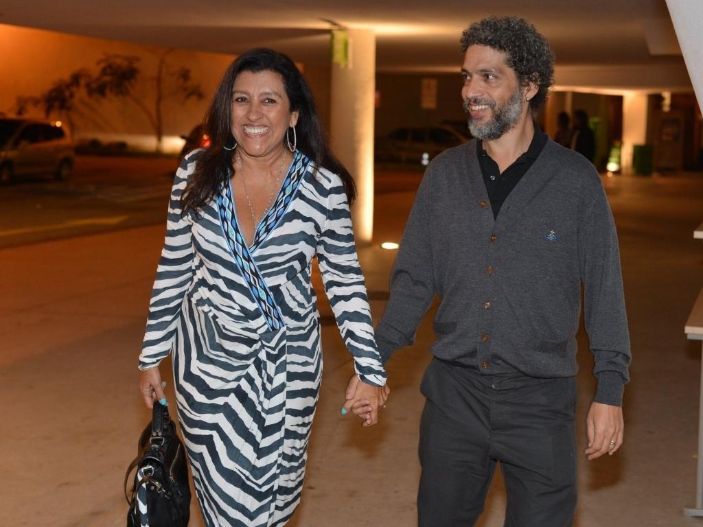 Acompanhada do marido, Estevão Ciavatta, Regina Casé prestigia o aniversário de Preta Gil na casa de shows Miranda, na zona sul do Rio (8/8/2012)
