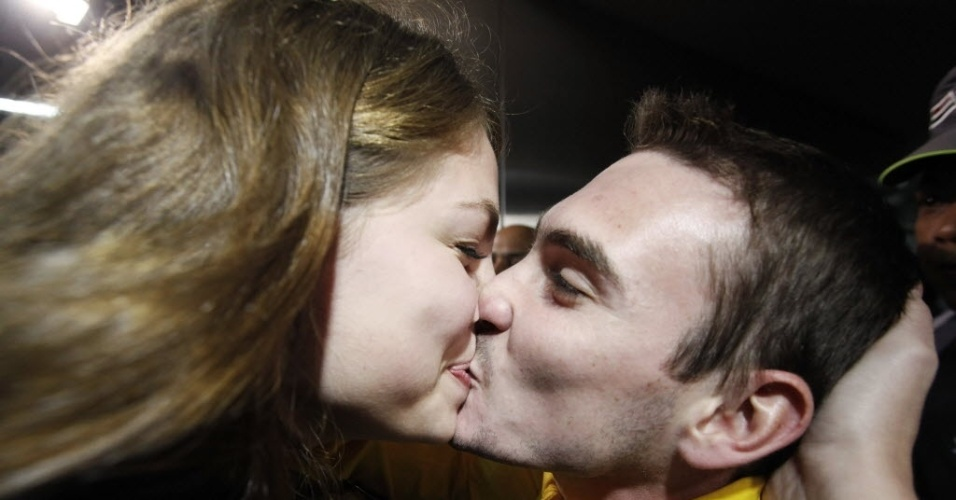 Arthur Zanetti beija a namorada Juliana na chegada ao aeroporto de Guarulhos