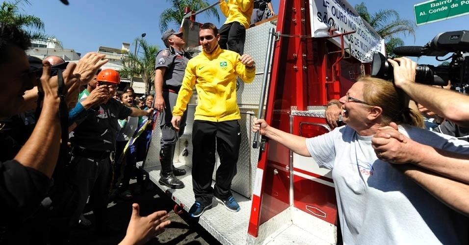Arthur Zanetti desce do carro dos Bombeiros e é saudado pelo público em São Caetano do Sul