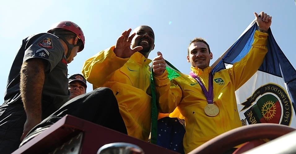 Arthur Zanetti posa ao lado de seu técnico, Marcos Goto, durante desfile em carro dos Bombeiros