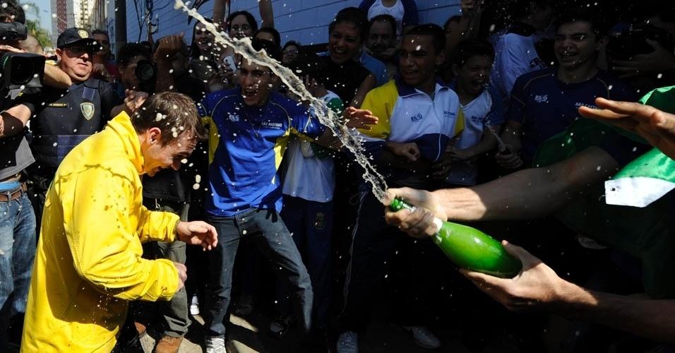 Arthur Zanetti toma um banho de champagne ao descer do carro do Corpo de Bombeiros após carreata