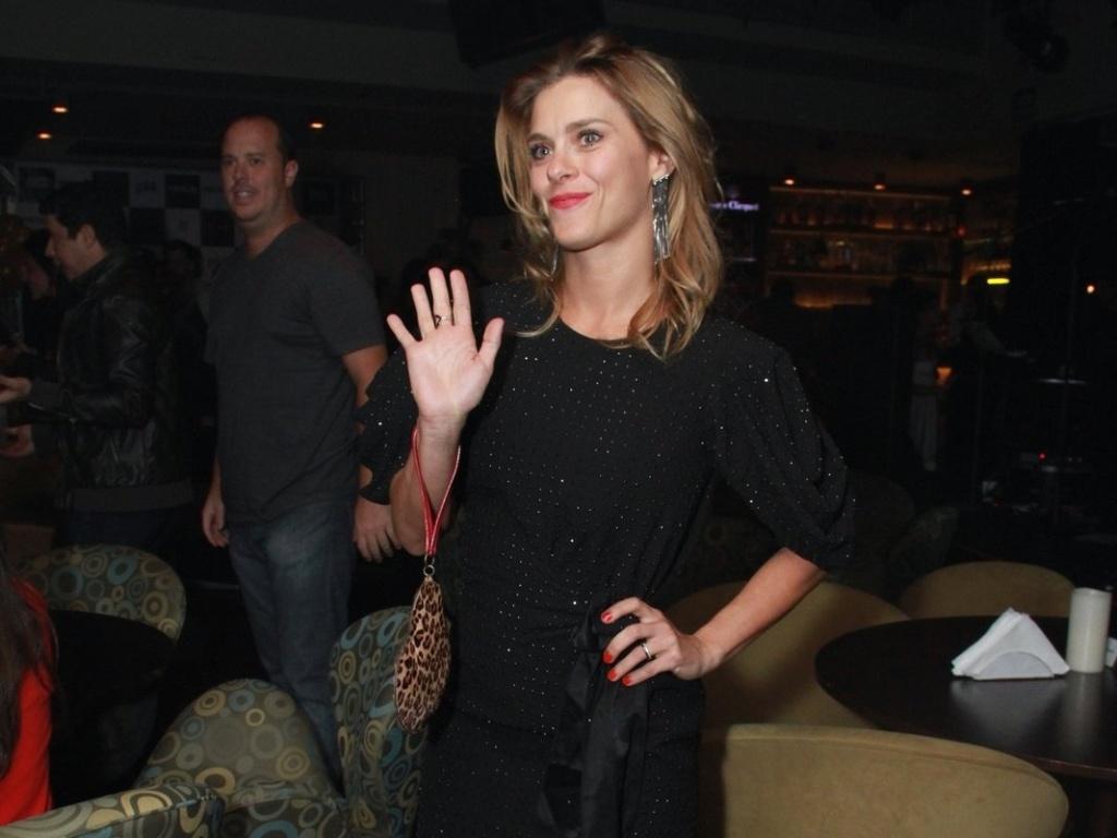 Carolina Dieckmann acena para os paparazzi durante o aniversário de Preta Gil na casa de shows Miranda, na zona sul do Rio (8/8/2012)