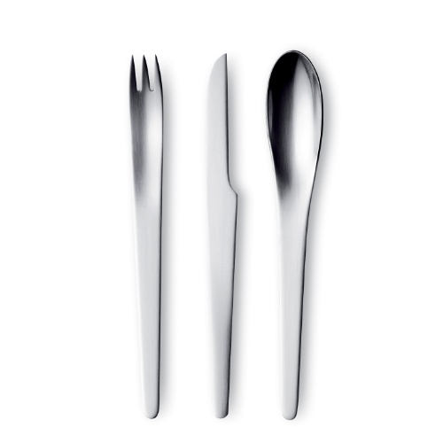 Com design do dinamarquês Arne Jacobsen, o conjunto de talheres da marca Georg Jensen com 12 unidades está à venda na Scandinavia Designs (www.scandinavia-designs.com) por R$ 999. Preços pesquisados em julho de 2012 e sujeitos a alterações