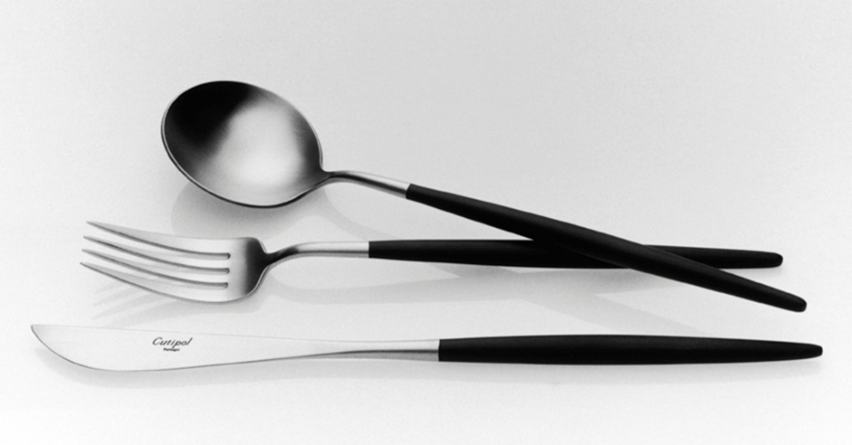 De origem portuguesa, o faqueiro Goa de 114 peças é fabricado em aço inox, madeira e resina. Assinado pelo designer José Joaquim Ribeiro, o conjunto custa R$ 8.613 na Benedixt (www.benedixt.com.br). Preços pesquisados em julho de 2012 e sujeitos a alterações