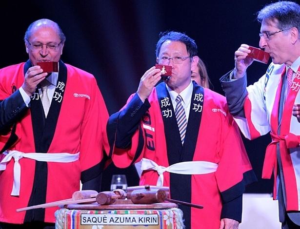 A caráter, Geraldo Alckmin, Akio Toyoda e Fernando Pimentel na inauguração da fábrica da Toyota; os quimonos vestidos pelos três trazem o nome do novo carro da marca, o Etios