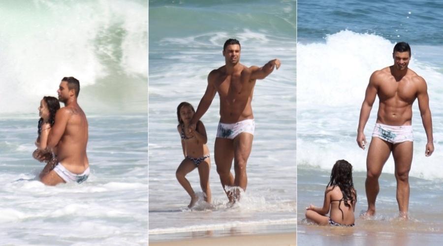 Gustavo Salyer curtiu praia com a filha, Blanca, em Ipanema, zona sul do Rio (9/8/12)