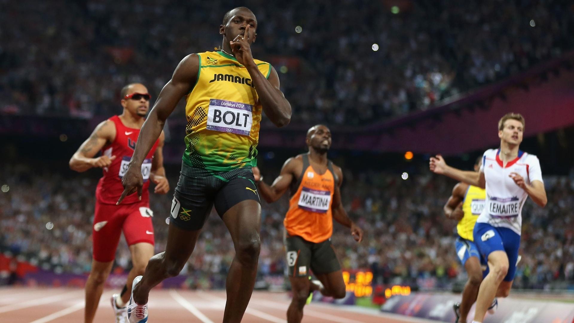 Jamaicano Usain Bolt cruza a linha de chegada em primeiro e conquista o bicampeonato olímpico nos 200 m (09/08/2012)