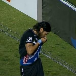 Loco Abreu causou polêmica ao beijar escudo do Boafogo em jogo do Figueirense