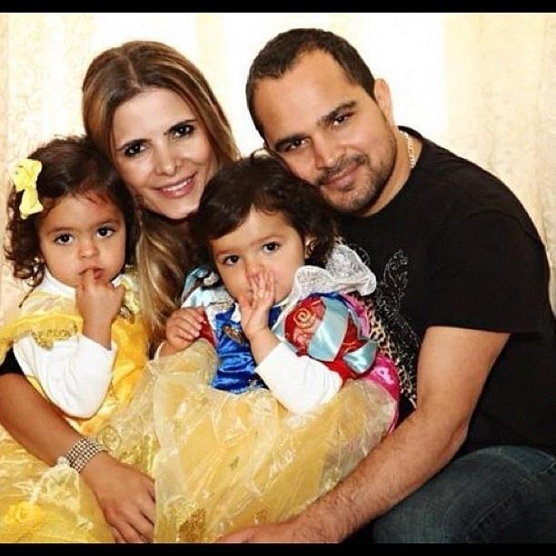 Luciano divulga imagem com a mulher e as filhas (9/8/2012)