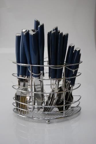 Na loja Armarinhos Fernando (www.armarinhos-fernando.com.br), o faqueiro Euro Cromos de 24 peças é de aço inox, com cabo de plástico na cor azul. Por R$ 46,50. Preços pesquisados em julho de 2012 e sujeitos a alterações
