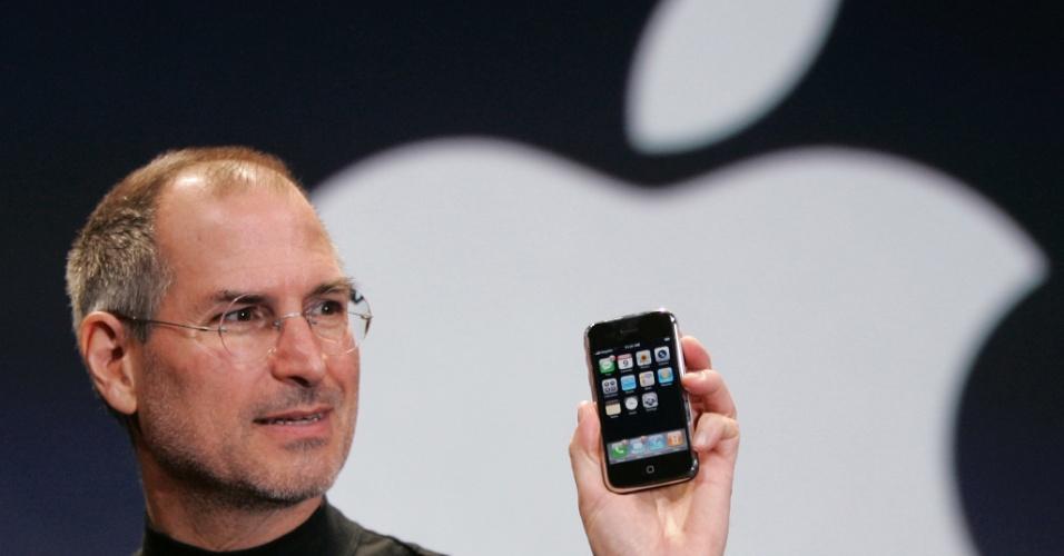 Steve Jobs apresenta a primeira versão do iPhone em janeiro de 2007