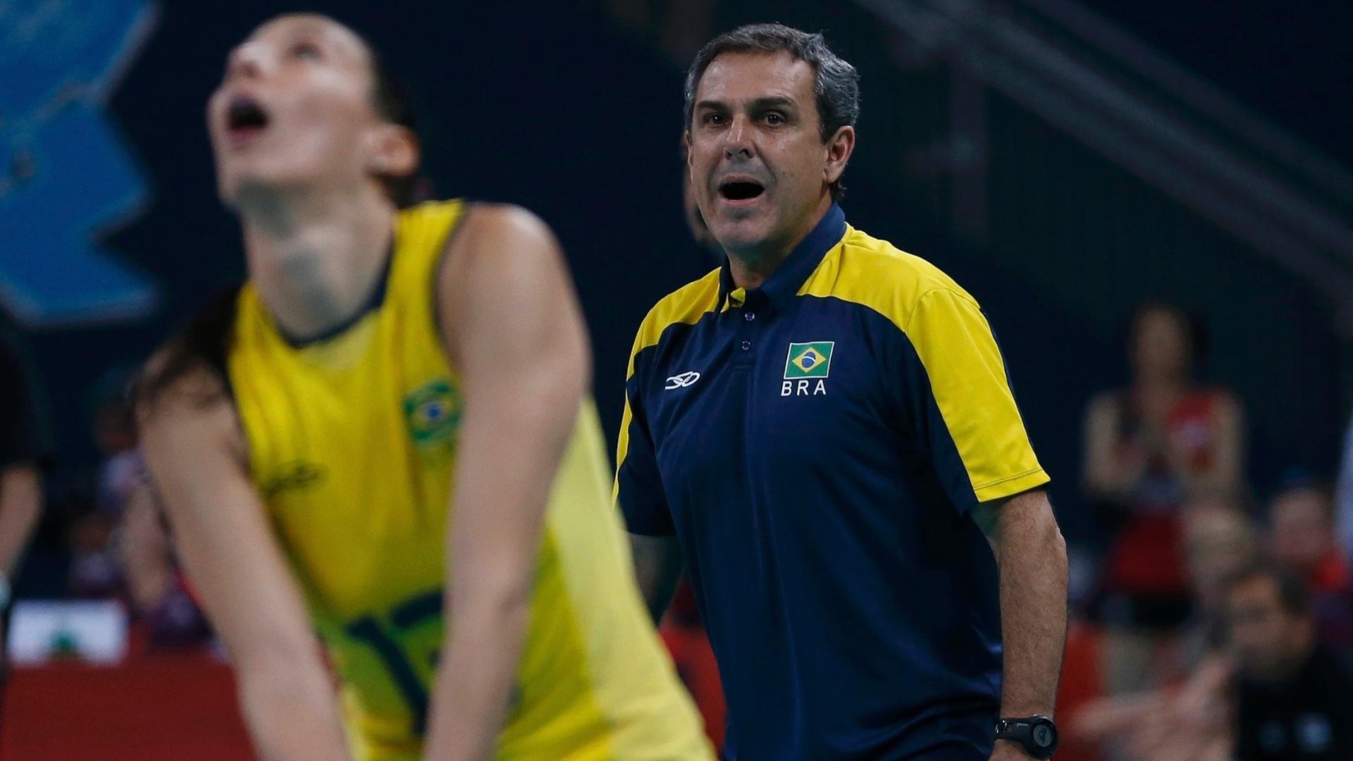 Técnico José Roberto Guimarães observa atuação de Sheilla no jogo contra o Japão desta quinta-feira (09/08)