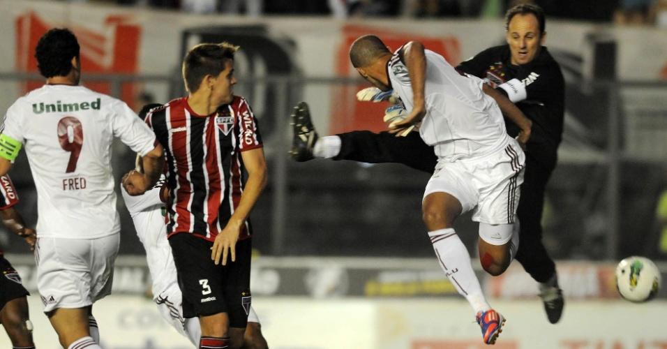 Thiago Neves levantou a bola para a área, Rogério Ceni falhou na saída e Leandro Euzébio, de costas para o gol, desviou no canto direito para abrir o placar