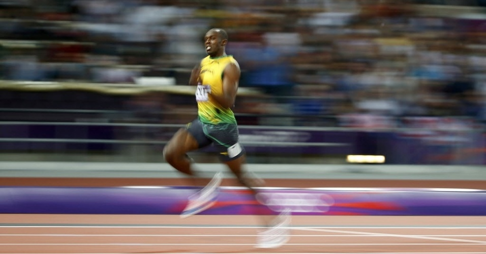 Usain Bolt corre para conquistar o bicampeonato olmpico dos 200 m rasos