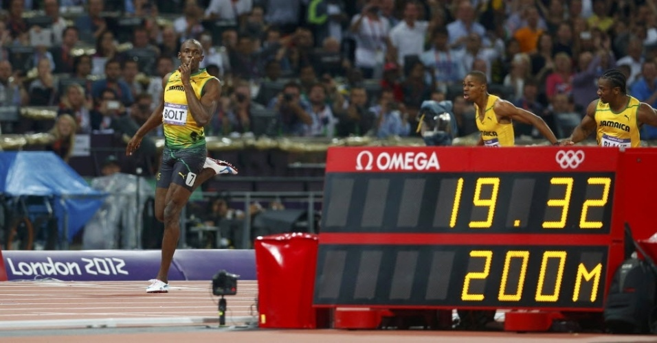 Usain Bolt cruza a linha de chegada com 19s32 para conquistar o bicampeonato olmpico nos 200 m rasos