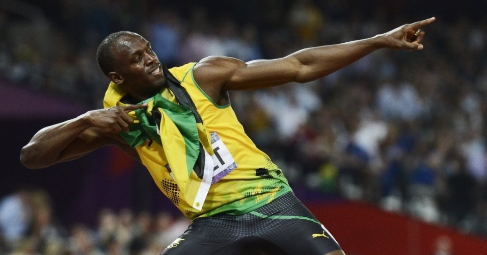 Usain Bolt faz o seu gesto característico para comemorar o bicampeonato olímpico dos 200 m